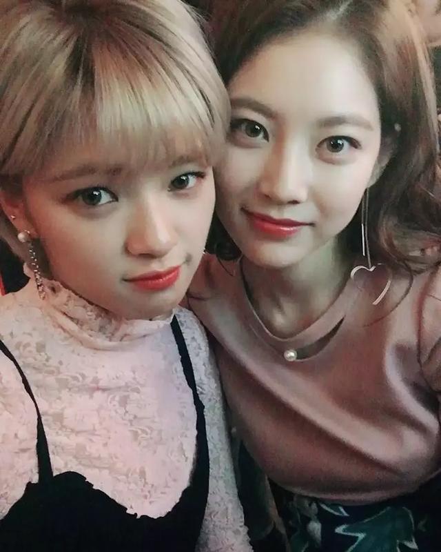 """TWICE被称""""最正女团""""不是没原因,SANA妈妈正面照曝光韩娱偶像圈趣闻"""
