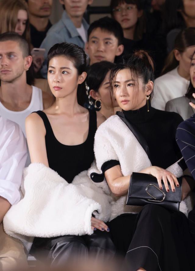 任家萱和任容萱出席时装周,妹妹黑色背心显蚂蚁腰,姐姐气质过人女