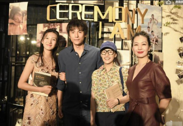 胡军为女儿庆生大宴宾客,18岁的九儿与客人合影,打扮时尚超漂亮光明