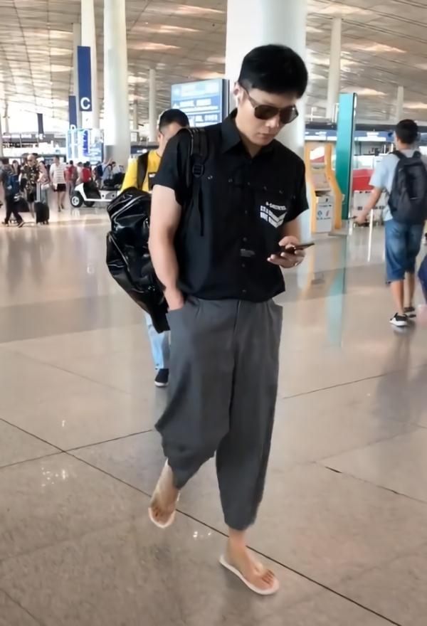 李荣浩穿黑衬衫加灰裤子,但都没他的拖鞋抢镜光明网