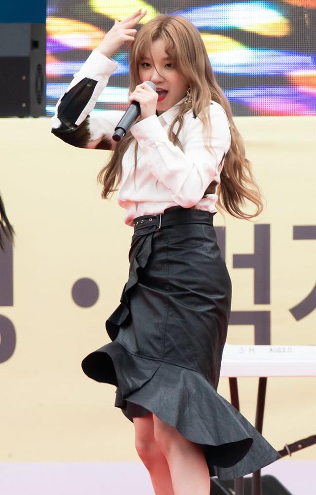 宋雨琦上台跳舞,襯衫塞進裙子裡後,她的腰圍成為亮點瑩瑩8279934902