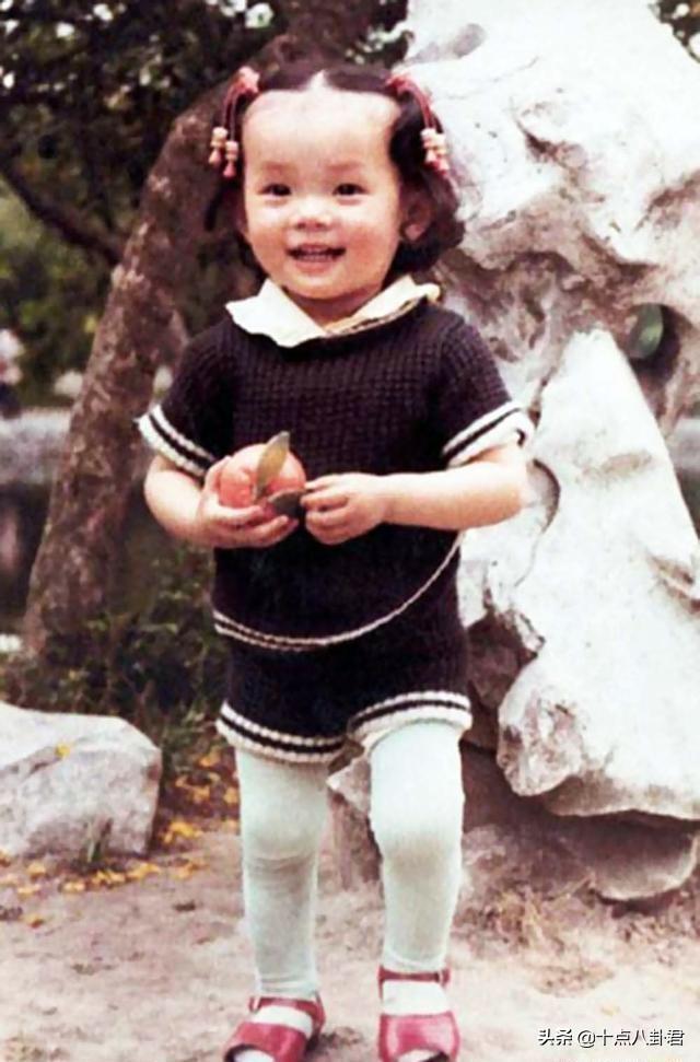 孙俪和邓超的小时候,孙俪这大脑门一看就不是一般人。十点八卦君