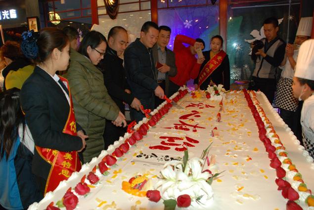 """晋城:巨型蛋糕""""慈善义卖"""""""
