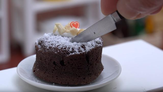 这是我见过最小?#25343;?#20320;蛋糕,一口塞几个,都没人敢说你能吃