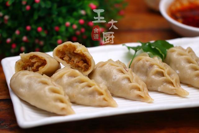 佰盛娱乐-洋葱加点鲜肉包成柳叶蒸饺,比炒着要好吃,上桌每次都吃不够