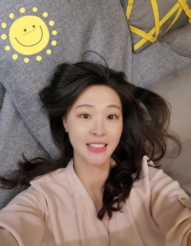 28岁惠若琪晒睡前自拍,笑容楚楚动人,直言开启冲刺模式 第3张