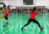 羽毛球混双比赛,男子的暴力杀球竟然不敌对面的女子