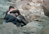 男子为救美女不顾危险,竟这样抱着她一起滚了下来,真让人感动