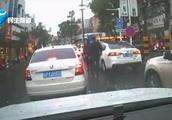 干得漂亮!民警路遇车窗抛物:捡起来扔回车里!