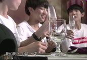 TFBOYS三小只拿酒杯干杯,王俊凯直呼:怎么毫无默契!