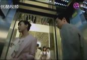 美女总经理乘电梯,旁边的人都在避让,只有新来的男子不为所动