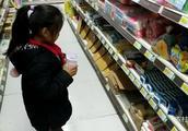 宝宝在超市发现了什么?这么开心,宝爸问宝宝还需要什么?