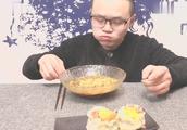 小伙吃蛋黄烧麦+面,这烧麦超大又料多,咬一口我都看馋了!
