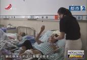 86岁母亲跤骨折,躺地7小时才被送医院,3儿3女不签字无法治