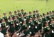 越南女兵阅兵颜值不错,就是气势有点差强人意!