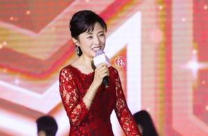 央视主持人周涛,蕾丝裙穿的好紧,身材简直了!