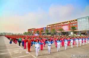 看中国大妈千人同跳一支舞,舞出精彩人生