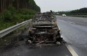 小车自燃烧得只剩屁股,夏天到来行车安全隐患多,交警提示来了