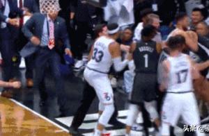 NBA上演6人火爆冲突,两人被驱逐,引发冲突的大帝,躲到一旁看戏