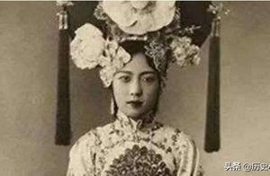 她是溥仪的亲妹妹,活到2004年,临终前还不忘替兄长和家族道歉