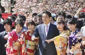 平成最后的赏樱大会:安倍首相被美女簇拥开心合影