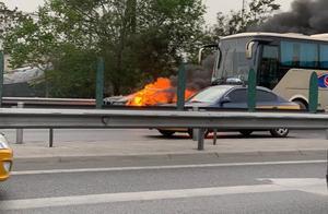 北京朝阳区平房桥一轿车着火,消防已处置完毕,无人员伤亡