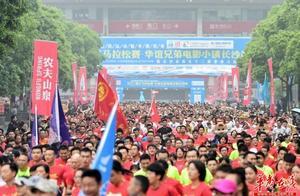2019湘江马拉松长沙站细雨中开跑 5000选手热情不减