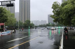 """杭州一家三口正在等红灯却被一宝马车""""亲吻"""" 肇事车主却迟迟不肯下车……"""