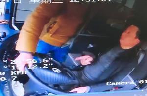 """判刑1年!""""黄牛""""误导上错车 59岁男子竟和公交司机抢方向盘"""