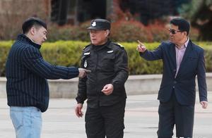 保安劝阻小伙乱扔烟头遭辱骂,路人怒怼小伙:他不敢教训你,我敢
