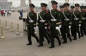 天安门广场上的武警和国旗卫士,个个走路昂首挺胸,气宇轩昂!