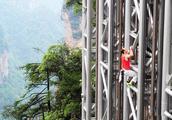 中国在悬崖上建300米高电梯,有人却非要这样用!你说作死不?