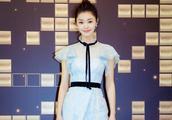 宋轶参加瑞丽美容大赏的颁奖,标志性丸子头搭配蓝色裙子挺俏丽的