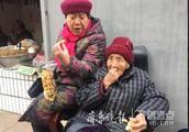 济南这位九旬老人爱摆摊卖小物件,不为赚钱更为散心