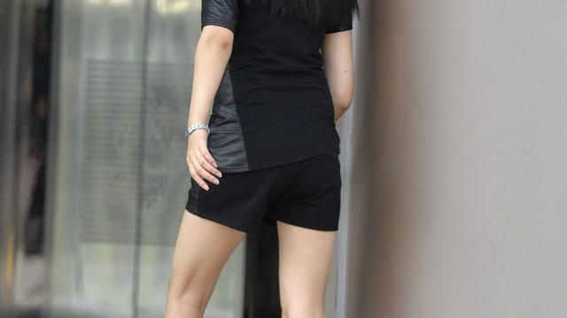 美女的腿有多细,看看她的长筒靴就知道了