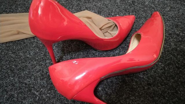 女生用《红色高跟鞋》的歌词去形容一个男生,是什么意思?