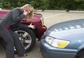 汽车被撞了,找不到人,是先报警还是先报保险?顺序错了一分不赔