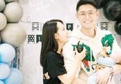 张嘉倪为二胎办百日宴,照片上的一个细节,曝光了小孩的大名