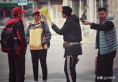 社会实验:老人街头遭黑导游辱骂,幸好遇到了这些正能量的路人