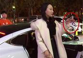 北京一酒吧深夜迎来辆95万特斯拉,小姐姐下车就显得急不可耐