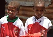 圆梦!赠送肯尼亚放牛娃阿森纳球衣和球鞋 厄齐尔善举令人感动