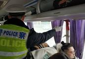 避免车辆安全隐患 春运首日成都交警设点检查