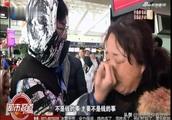 艺考生航班被取消,妈妈在机场崩溃痛哭!浙传霸气回应,太暖了
