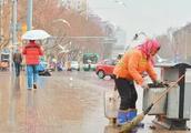 别乱扔垃圾,你冷他们更冷风!可武馆教练乱扔还打64岁女环卫工