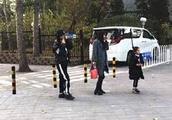 网友偶遇李小璐母女 甜馨颜值又提升了!