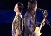 三十年前一首老歌,伍佰和美女搭档演唱会上合唱,至今无人能超越