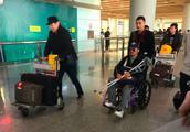 吴京坐轮椅现身机场发福明显,表情凝重恐是伤势复发