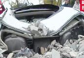 """小区动不动就下""""碎石雨"""",三辆车全被砸坏,车主:太吓人了"""