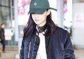 李沁戴小绿帽现身机场,两手插兜潮酷十足,造型低调又个性!