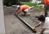 外国人太聪明了!庭院铺水泥时加一层钢丝网,地坪几十年不开裂!
